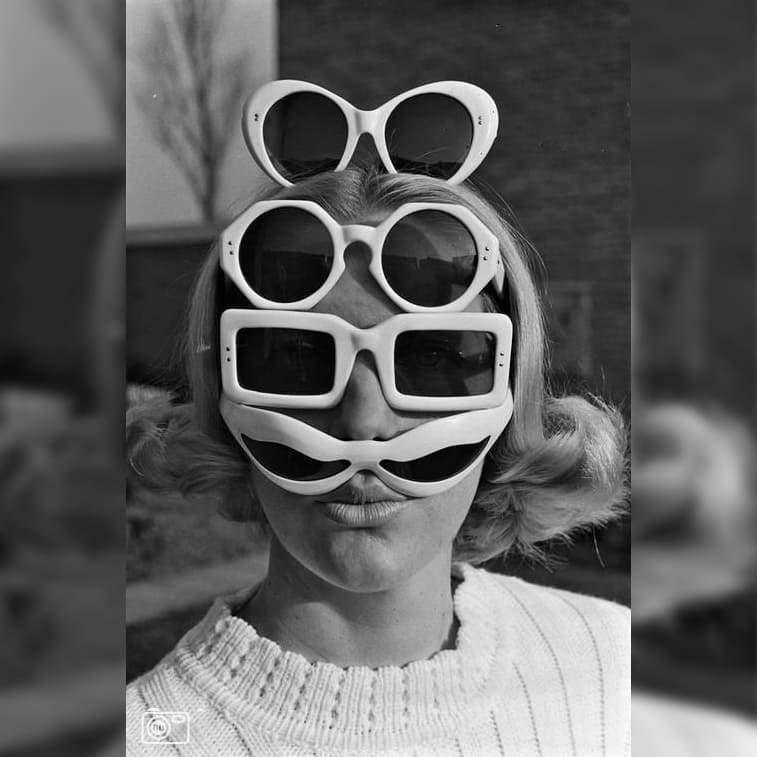 Femme avec quatre lunettes de soleil